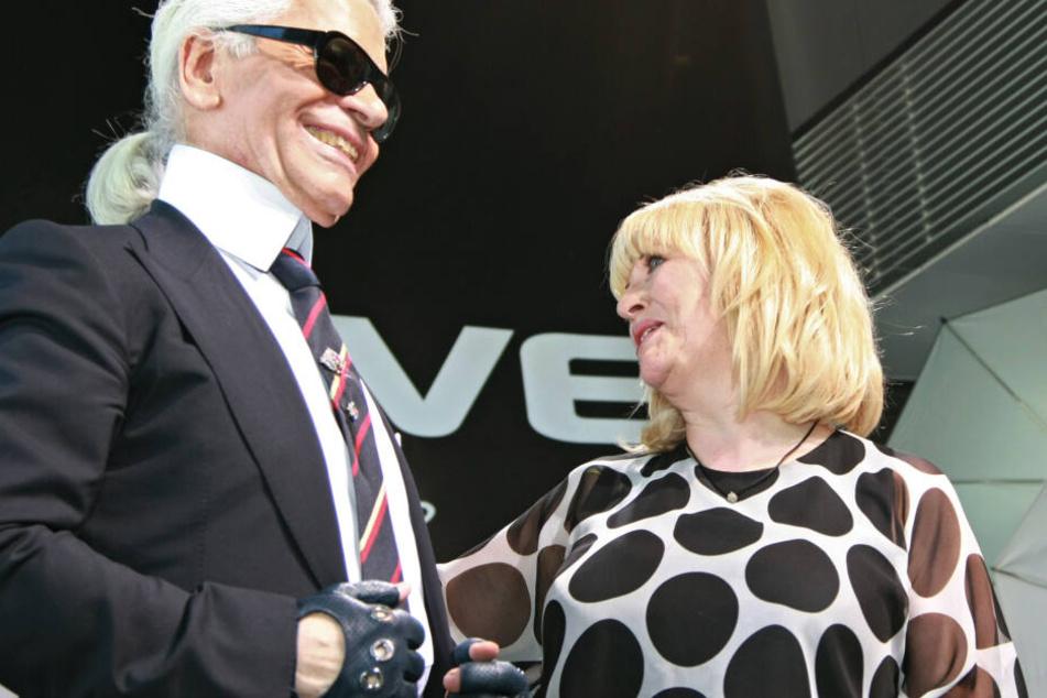 """Der Modedesigner Karl Lagerfeld und die damalige """"Bunte""""-Chefredakteurin Patricia Riekel (70) stehen bei einer Veranstaltung im Jahr 2008 zusammen."""