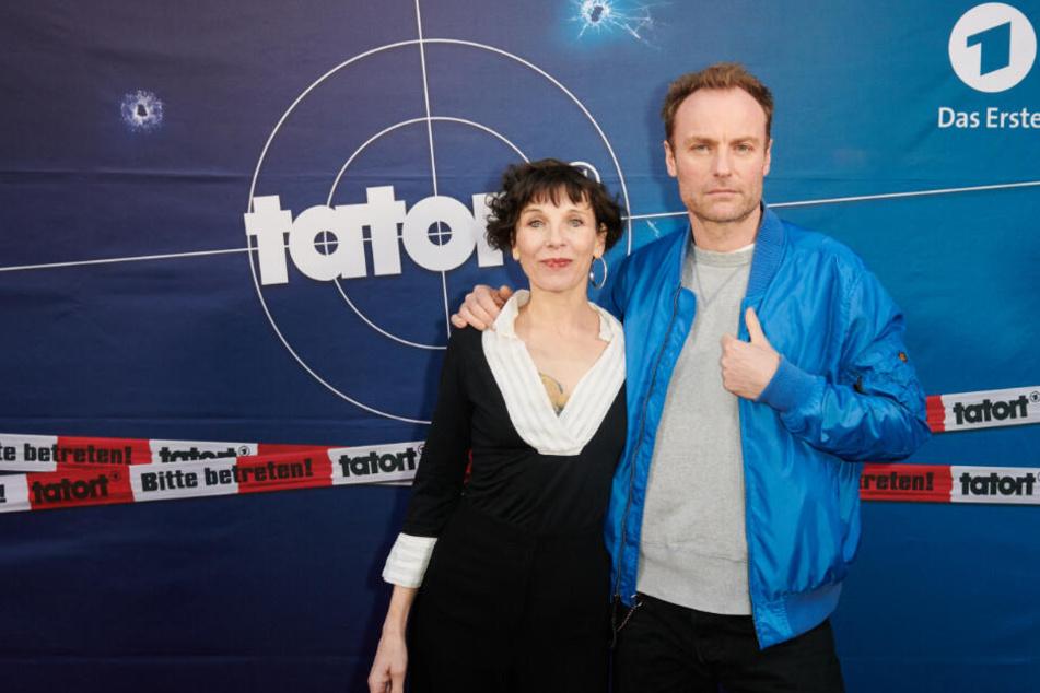 Schauspieler Meret Becker und Mark Waschke stehen bei einem Fototermin auf dem roten Teppich.