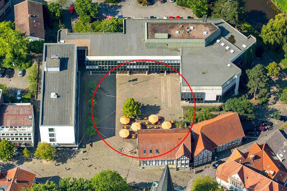 Auf dieser Fläche vor dem Bünder Rathaus hätte die Eisbahn stehen sollen.