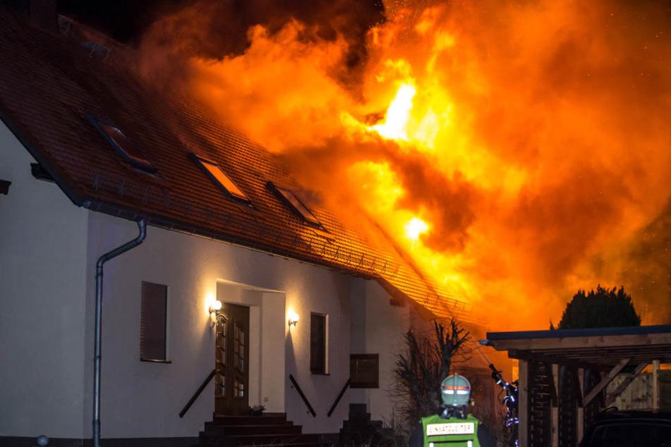 Ein Großfeuer alarmierte in der Nacht die Feuerwehr.