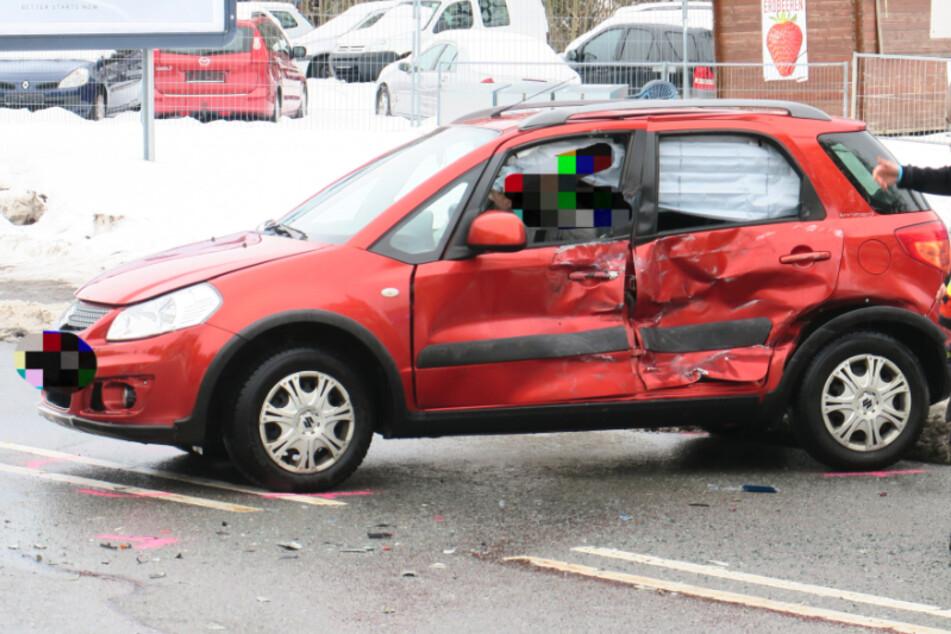 Unfall vor Tankstellen-Ausfahrt in Aue: Laster kracht mit Suzuki zusammen