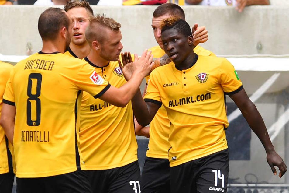 Koné und seine Mannschaftskollegen bejubeln das 1:0.