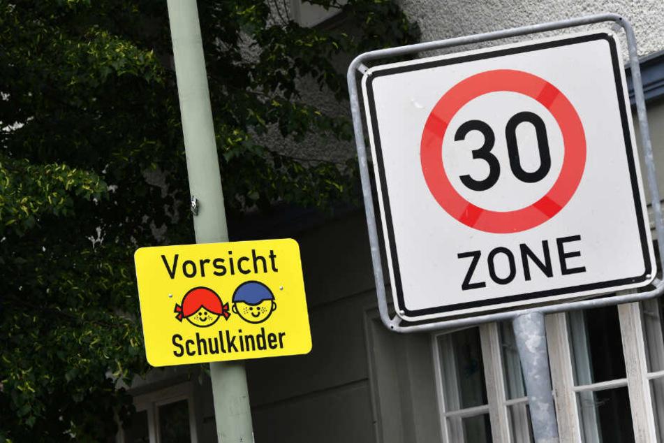 """An 48 Standorten im Stadtgebiet heißt es seit der Gesetzesänderung """"Fuß vom Gas""""."""