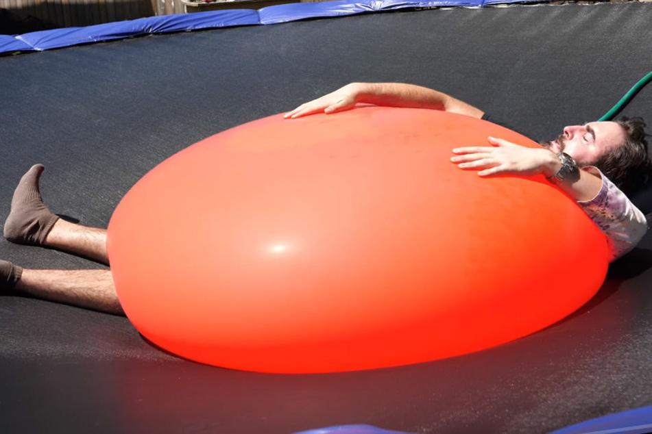 Dieser riesige Wasserballon wird gleich platzen!