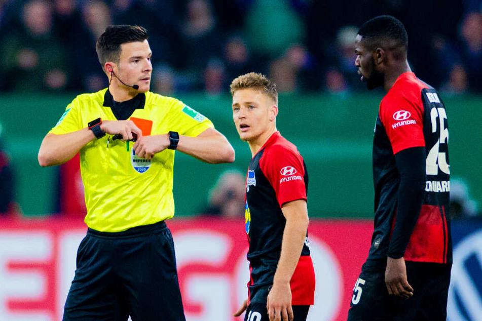 Schiedsrichter Harm Osmers zeigte Jordan Torunarigha (r.) die gelb-rote Karte.