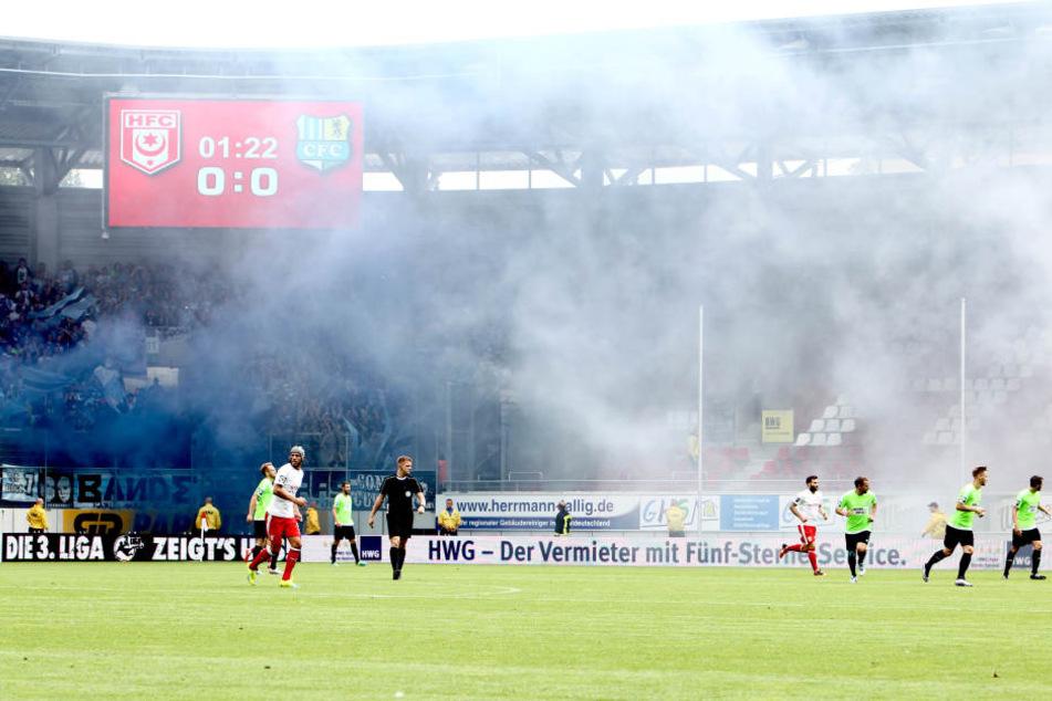 Beim Auswärtsspiel in Halle haben einige CFC-Anhänger das Zündeln mal wieder nicht lassen können.