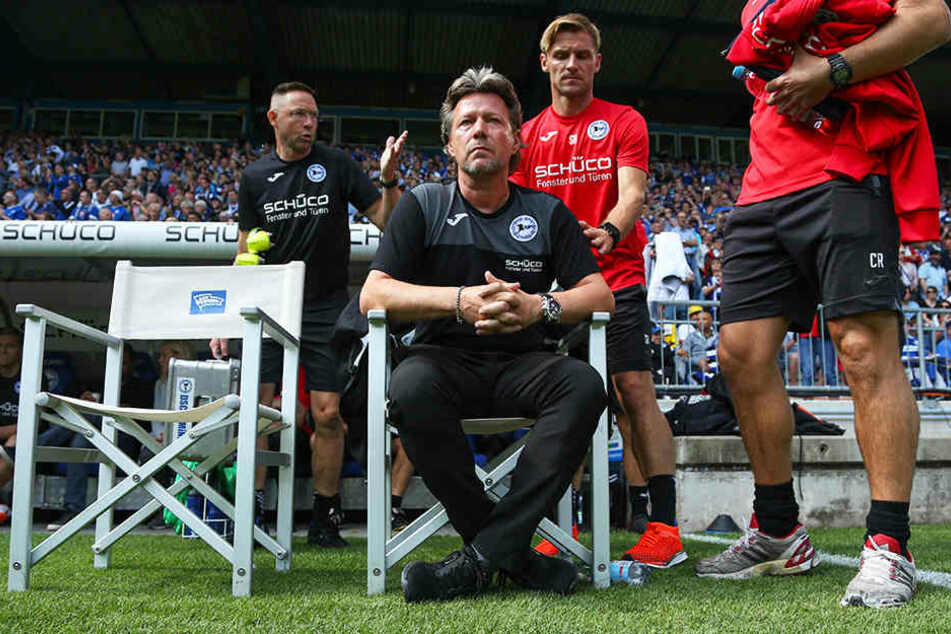 Bielefelds Cheftrainer Jeff Saibene (vorne) weiß, wie wichtig dieser Erfolg für seine Mannschaft war.