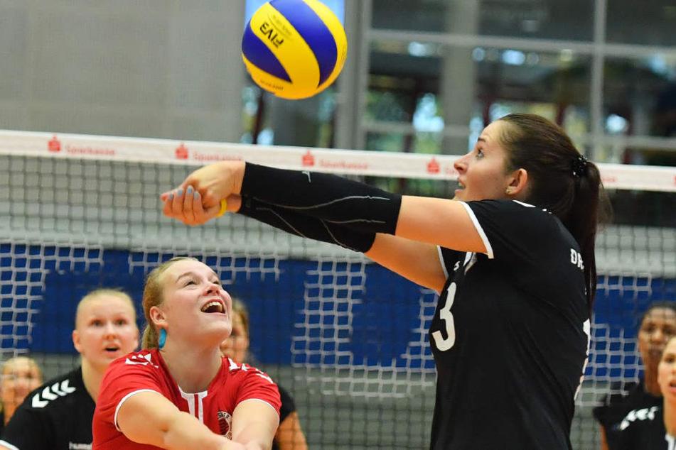 """""""Ich hab ihn."""" DSC-Angreiferin Eva Hodanova (r.)  ist vor Libera Michelle Petter am Ball."""