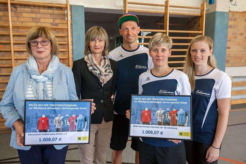 OB Barbara Ludwig (55, SPD) spendete den Trikot-Erlös an den Elternverein krebskranker Kinder und an die KISS-Kindersportschule.