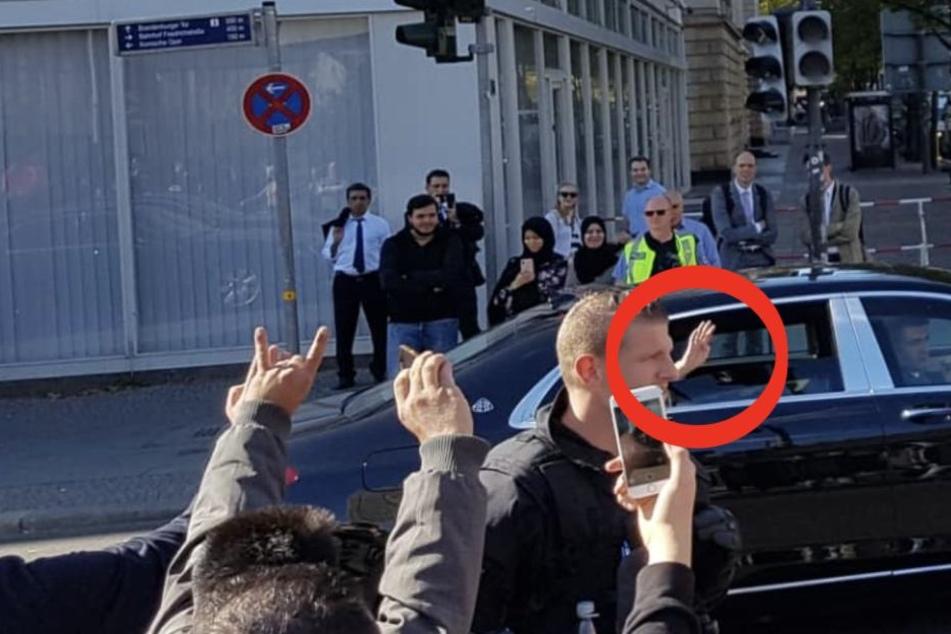 Erdogan zeigt Gruß der radikalen Muslim-Bruderschaft mitten in Berlin