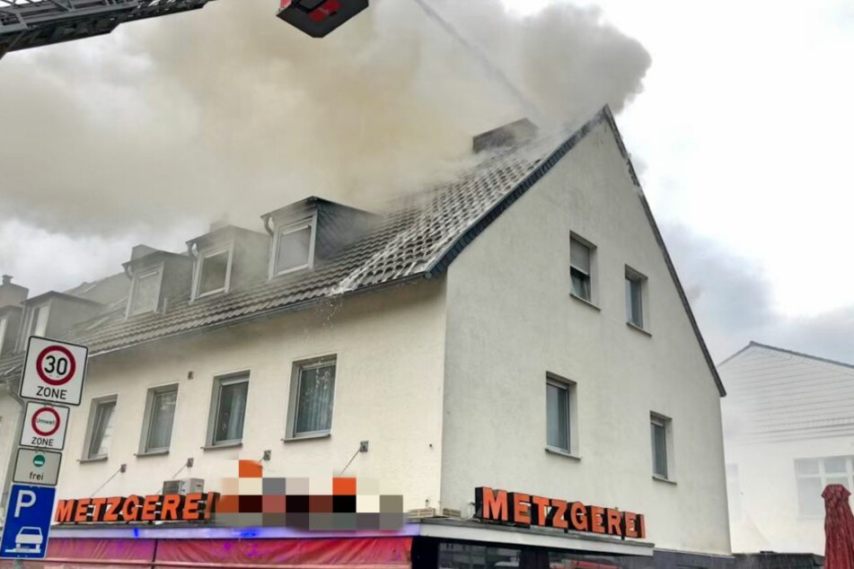Schwere Gewitter in NRW: Blitze treffen Dachstühle und Stellwerk