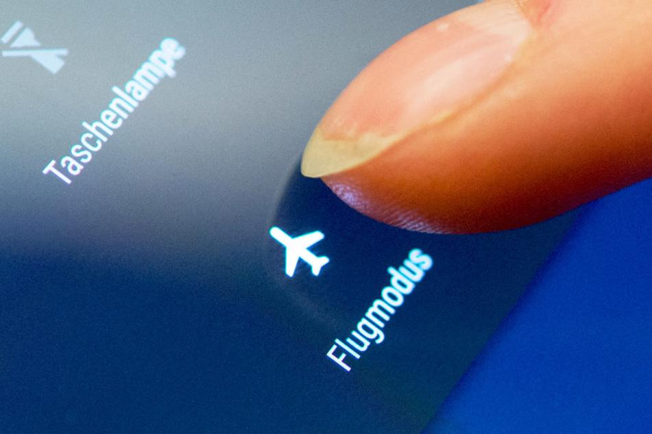 Was passiert, wenn wir trotz Warnung unsere Handys im Flugzeug anlassen?