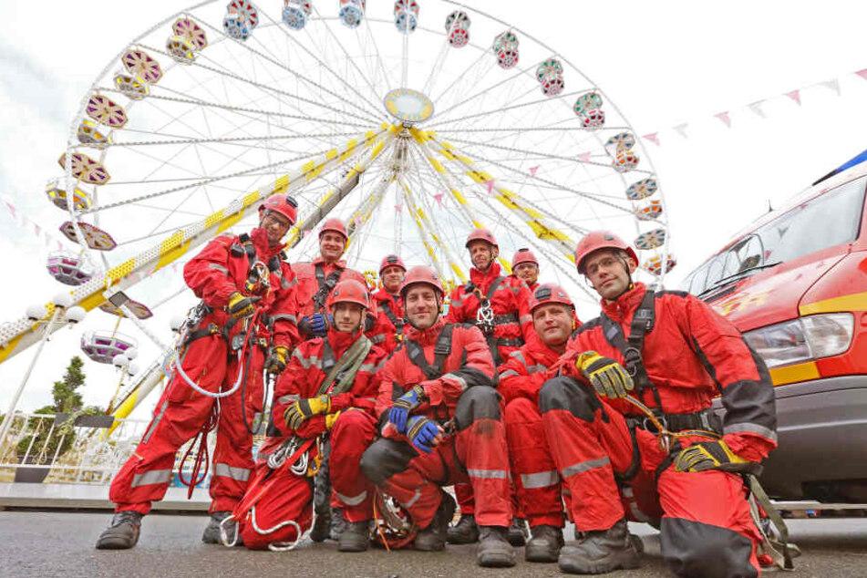 Höhenretter der Berufsfeuerwehr Zwickau übten vor der Volksfest-Eröffnung am Riesenrad.