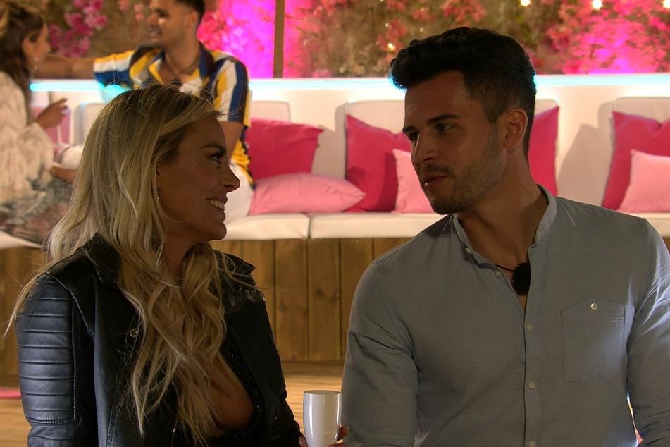 Nach der ersten Paarungszeremonie sprühten bei Nicole (29) und Dennis (27) bereits die Funken. Auch bei den Fans gelten die beiden als Traumpaar.