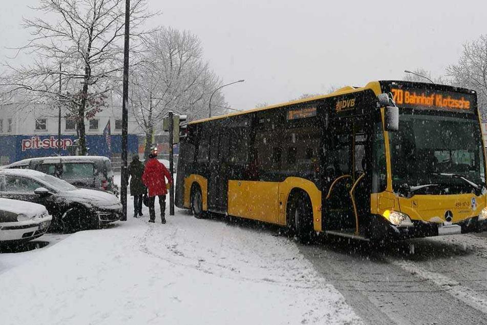 Der Bus der Linie 70 rutschte gegen die Ampel.