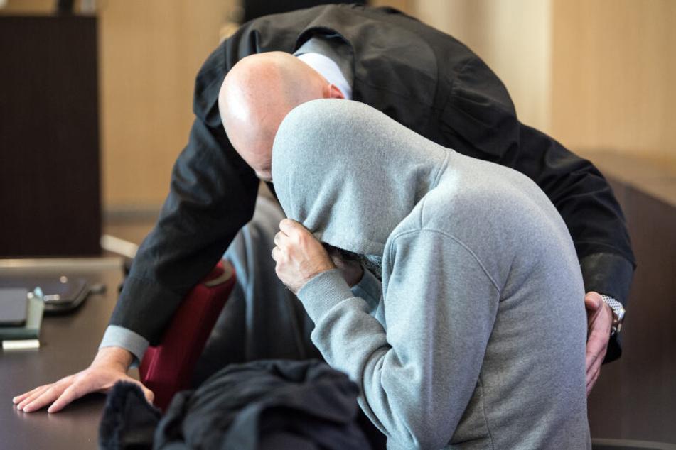 Der Angeklagte spricht im Gerichtssaal des Landgerichts mit seinem Verteidiger Stefan Tierel (l) vor Beginn der Verhandlung.