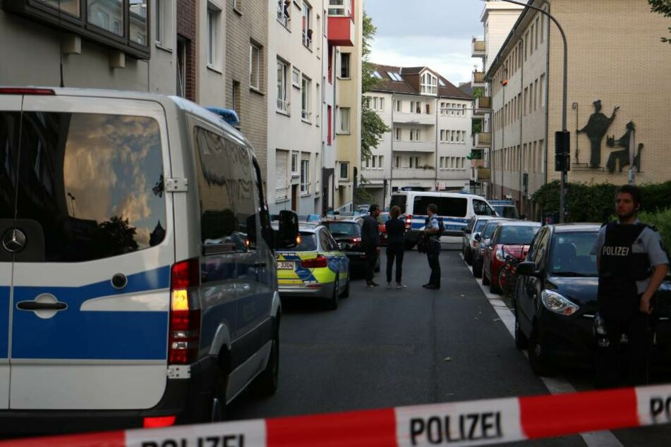 SEK rückt an: Mann mit Messer verschanzt sich in Wohngebäude