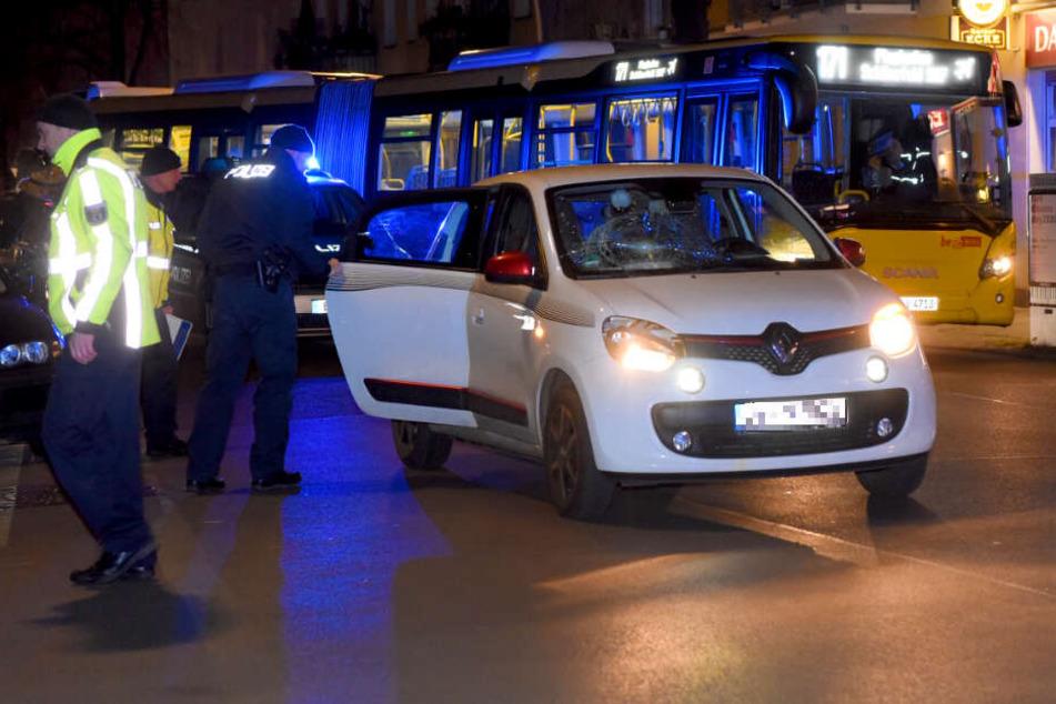 Ein Renault Twingo soll einen Fußgänger erfasst und schwer verletzt haben.