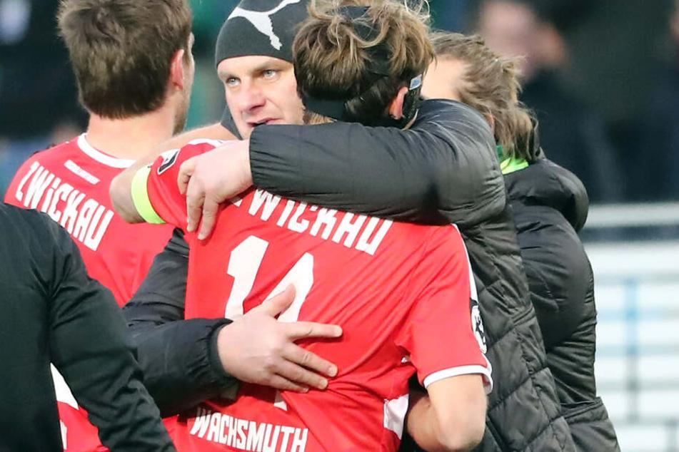 David Wagner umarmt Toni Wachsmuth. Wagner verlässt den FSV und gibt sein Amt an den jetzigen Kapitän weiter.