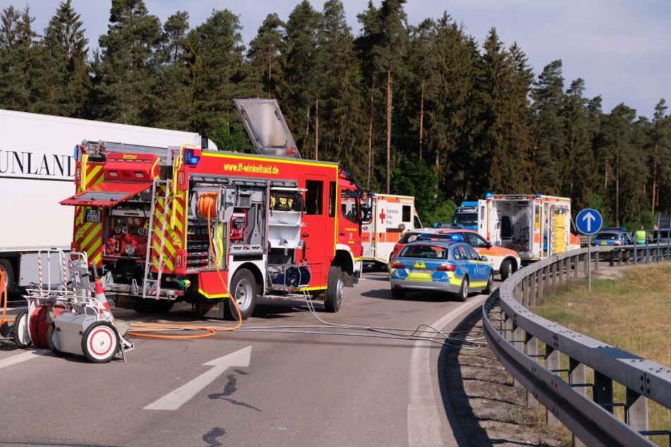 Die Rettungskräfte waren machtlos. Der eingeklemmte Fahrer verstirbt noch an der Unfallstelle.