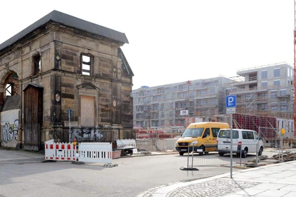 Die Baustelle Herzogin Garten: Der hintere Teil ist bereits verkauft. Vorn  rechts entsteht die Orangerie neu, sie bleibt im Besitz der Saal GmbH. Das  historische Portal links soll saniert werden.