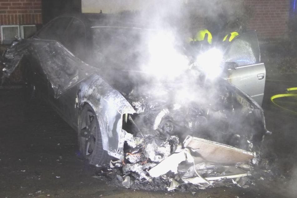 Der Audi brannte komplett aus.