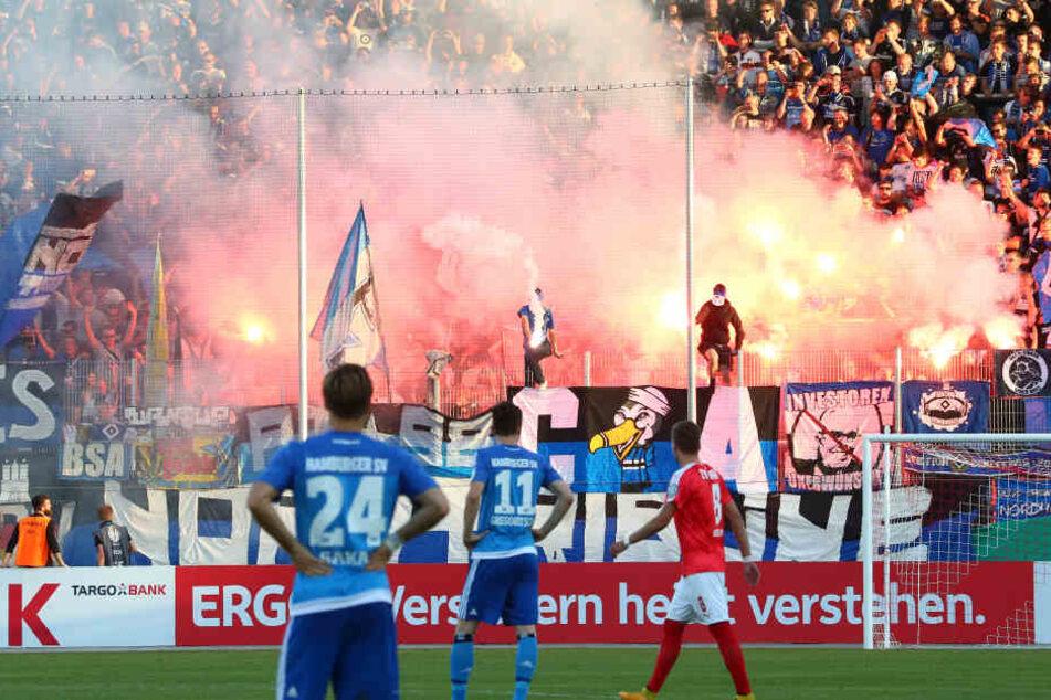 Trotz der Einlasskontrollen schmuggelten HSV-Fans Pyro mit ins Stadion. Vorbildlich: Die Zwickauer Anhänger beteiligten sich nicht an der Zündelei.