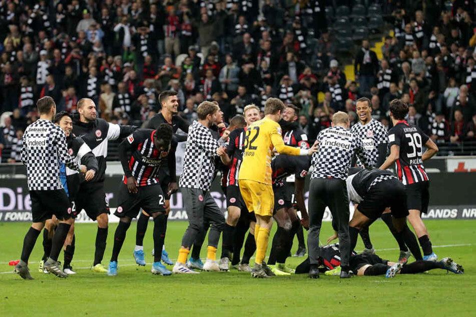 Nach dem Abpfiff kannte die Freude der Eintracht-Kicker keine Grenzen.