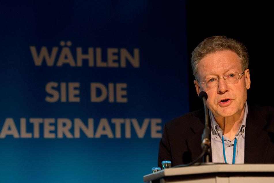 Der AfD-Gründer Konrad Adam fällt dem Spitzenkandidaten für NRW in den Rücken.