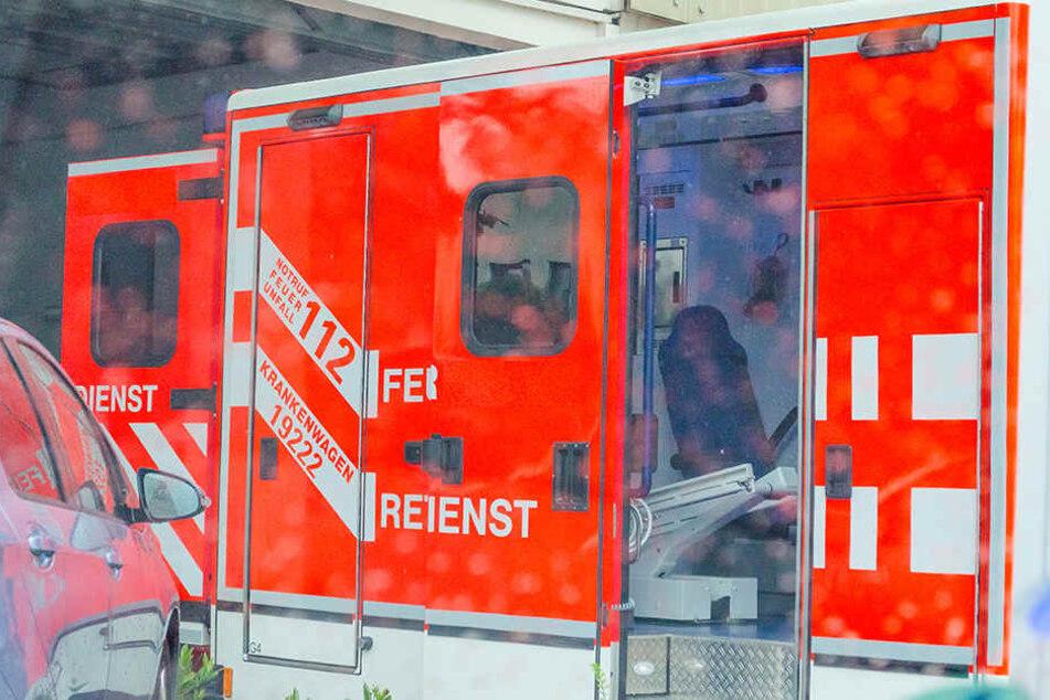 Der Teenager wurde notärztlich versorgt und kam anschließend ins Krankenhaus. (Symbolbild)