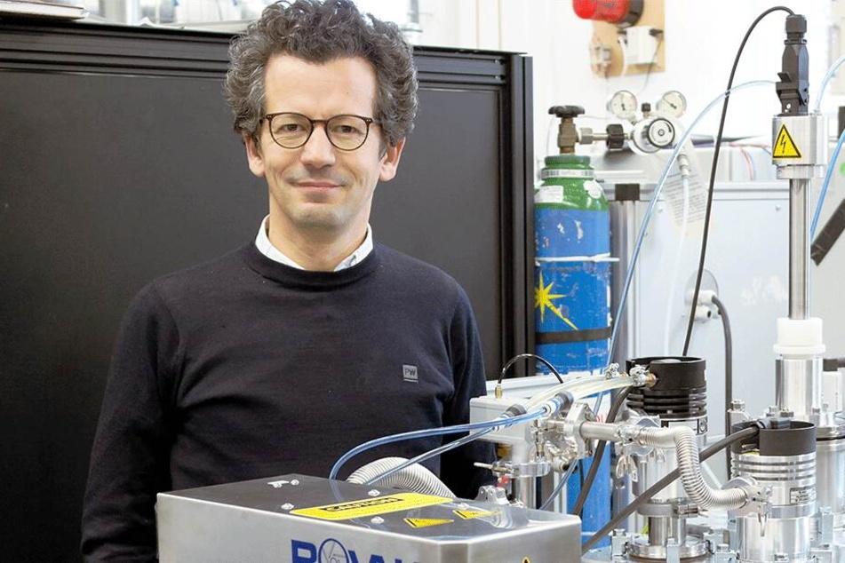 Dr. Charaf Cherkouk bei der Herstellung von Batteriematerialien.