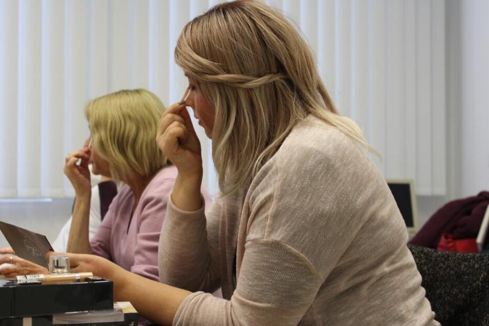 Lidschatten am besten komplementär zur Augenfarbe auftragen - das lernen die Teilnehmerinnen des Kurses.