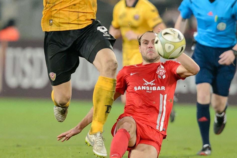Im Dezember 2015 in der 3. Liga noch Konkurrenten beim Spiel zwischen Dynamo Dresden und den Würzburger Kickers, ab der kommenden Saison aber Kollegen in Schwarz-Gelb: Rico Benatelli (r.) und Marco Hartmann.