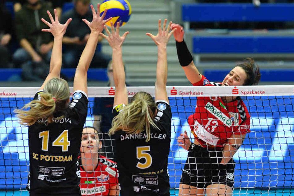 Maria Segura (Dresden) am Netz gegen Sandra Szaboova (14) und Alexa Marie Dannemiller (beide Potsdam).