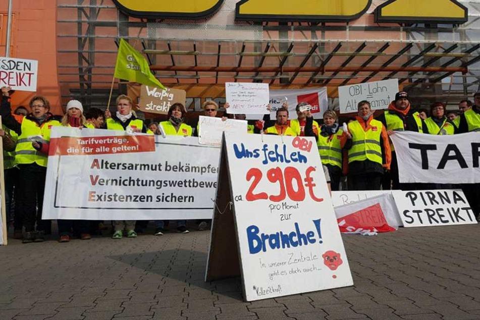 Etwa 70 streikende Mitarbeiter versammelten sich am Sonnabend vor dem OBI in Weissig.