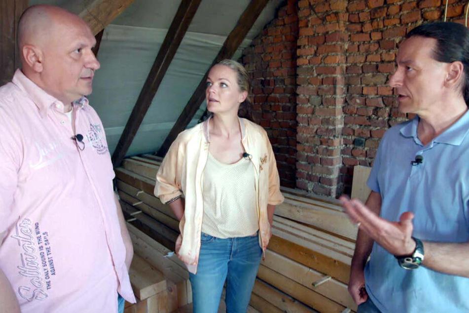 Die Experten Eva Brenner und John Kosmalla machen gemeinsam mit Ralf (li.) einen Rundgang durch das Haus.