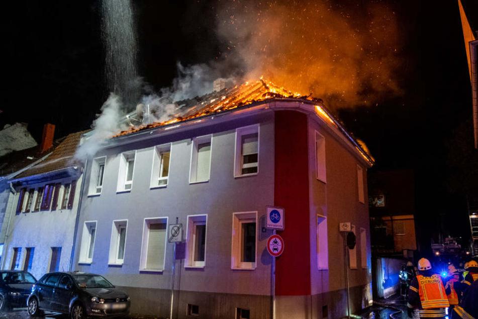 Als die Feuerwehr eintraf, stand der Dachstuhl bereits voll in Flammen.