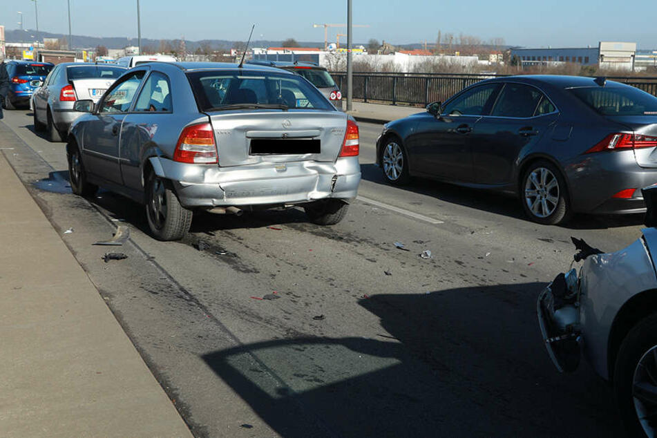 Gleich drei Autos krachten auf der Flügelwegbrücke zusammen.