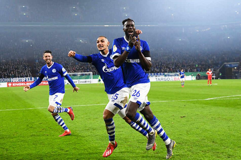 Ahmed Kutucu (M.) jubelt mit Salif Sané (r.) und Mark Uth über ein Tor des FC Schalke 04 im DFB-Pokal-Achtelfinale gegen Fortuna Düsseldorf.