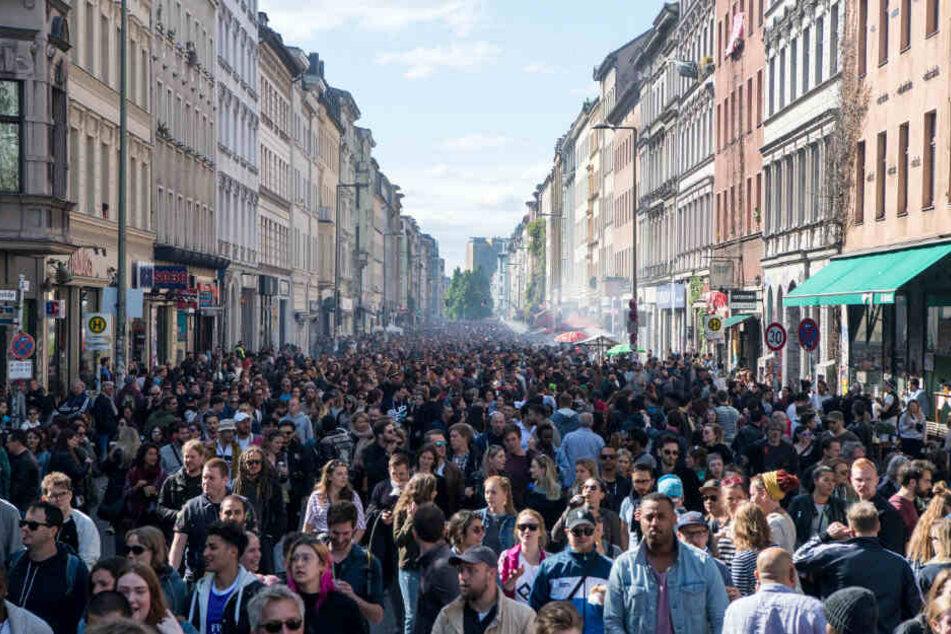 """Tausende feiern beim """"Myfest"""" in Kreuzberg."""