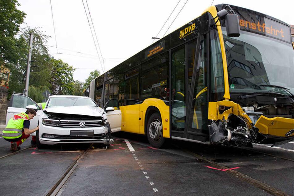 Linienbus und VW kollidierten miteinander.