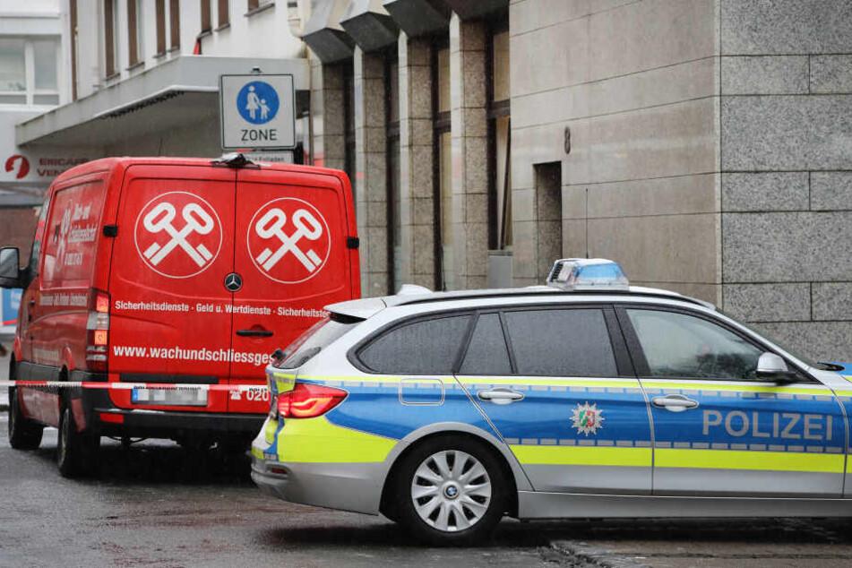 Bewaffneter Raubüberfall auf Geldtransporter: Täter flüchtig