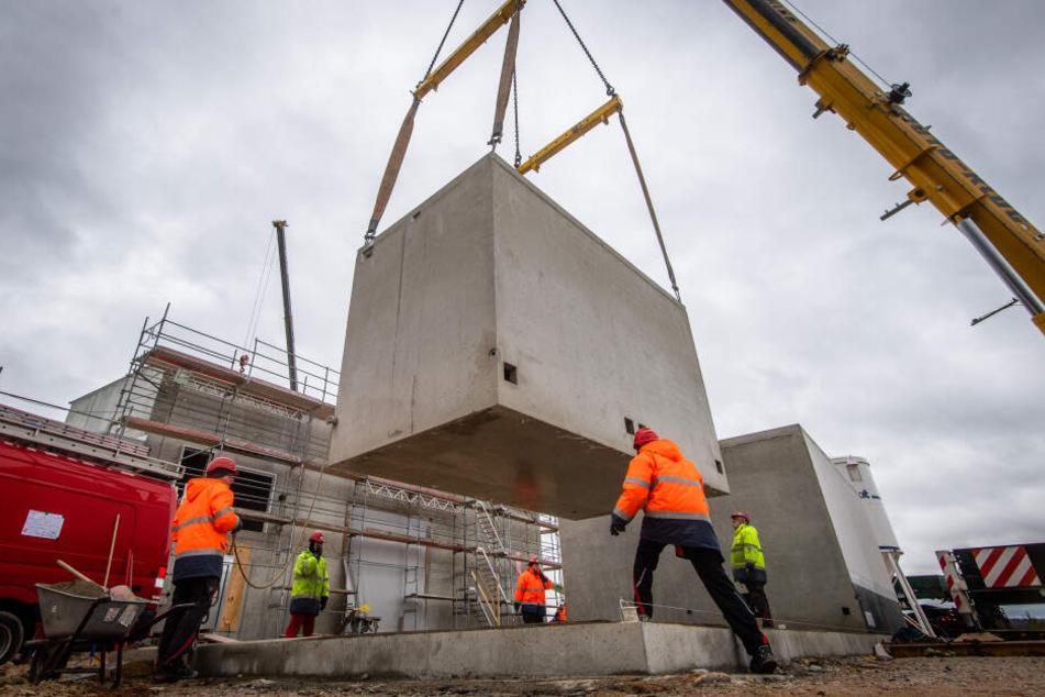 Mit einem Kran wurden Betonteile für eine Trafostation positioniert, die für die neue Wasserbehandlungsanlage in Helmsdorf gebaut wird.