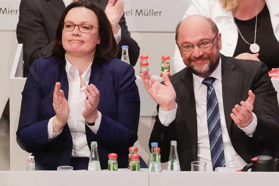Andrea Nahles und Martin Schulz mit verhaltener Freude nach dem knappen Ja zu den Koalitionsverhandlungen.