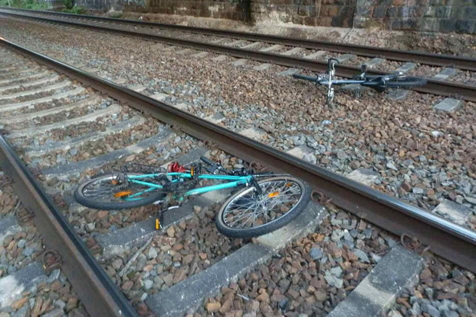 Die Bundespolizei stellte diese beiden Fahrräder an den Gleisen der Strecke Chemnitz-Zwickau sicher.
