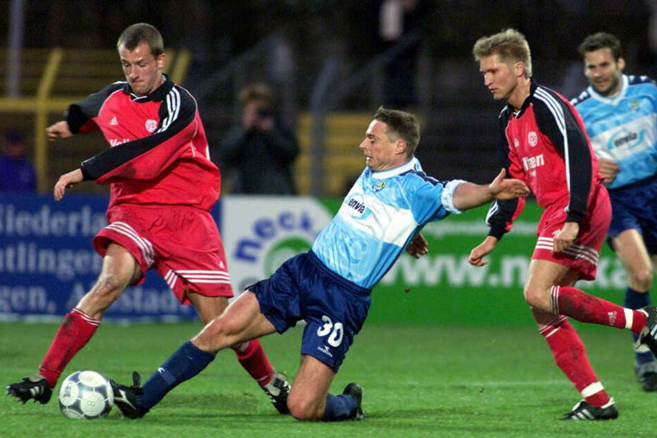 25. April 2001, auch 2. Bundesliga: Olaf Renn (M.) im Zweikampf mit dem Reutlinger Denis Lapaczinski.