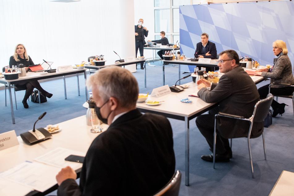 Das bayerische Kabinett hat sich ab einen Inzidenzwert von 35 auf striktere Sperrstunden geeinigt.