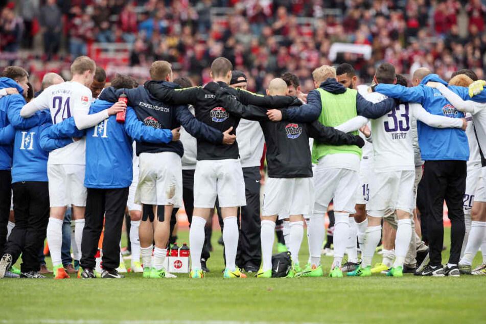 Gleich nach der Niederlage in Nürnberg hat FCE-Trainer Domenico Tedesco seine  Spieler und die Betreuer auf die letzten fünf Endspiele eingeschworen.