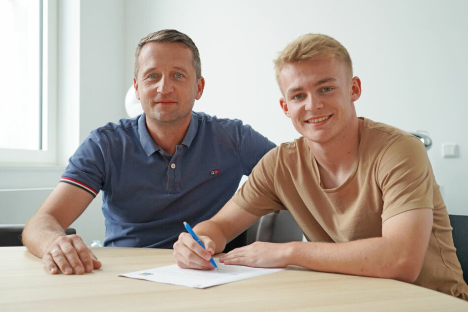 Am Dienstag unterschrieb Philipp Sturm (r, mit Thomas Sobotzik) beim CFC.