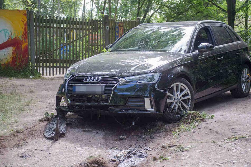 Die Feuerwehr zog den Audi am Sonntagmorgen aus dem Fluß.